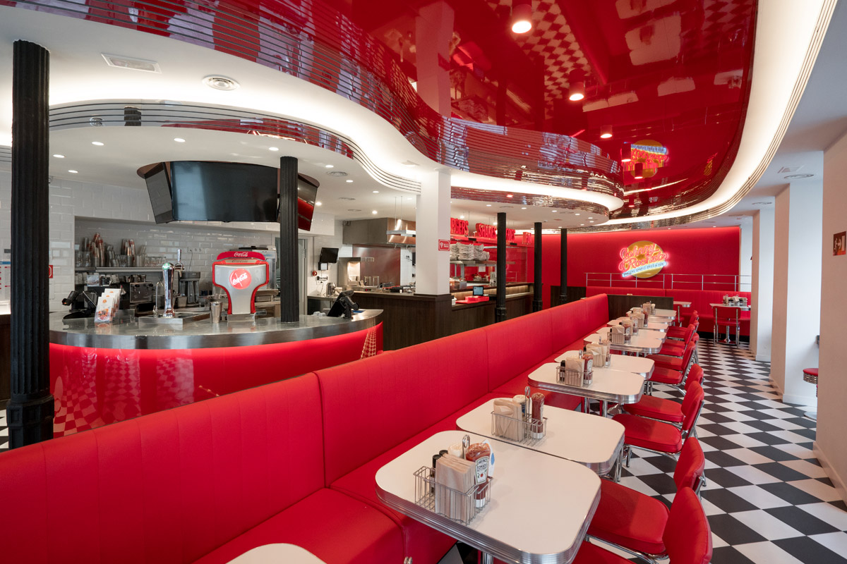 Sala del local de Johnny Rockets en Madrid, con su característico color rojo.